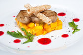 Pan seared foie gras on ripe mango close up — Stock Photo