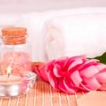Spa koncepcja kwiat imbiru i sole do kąpieli z bliska — Zdjęcie stockowe