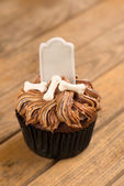 Halloween cupcake on a rustic wooden table close-up — Foto de Stock