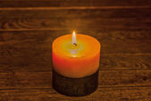 Candlelight illuminated the wooden background — Stock fotografie