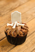 Halloween cupcake with blank tombstone topper close-up — Stock Photo