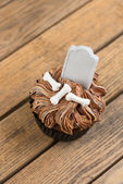 Halloween cupcake with blank tombstone topper top view — Stock Photo