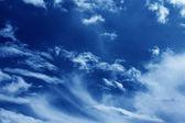 синий абстрактный фон, темно-синее небо с белых облаков в атмосфере ват — Стоковое фото