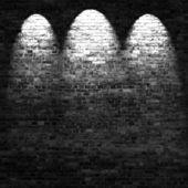 La pared de ladrillo oscuro fondo en el sótano con rayos de luz — Foto de Stock