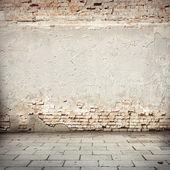 Grunge bakgrund, rött tegel vägg textur ljusa gips vägg och block road trottoaren övergav yttre urban bakgrund för ditt koncept eller projektグランジ背景赤れんが造りの壁テクスチャ明るい石膏壁やブロック歩道放棄外装都市背景のコンセプトまたはプロジェクト — ストック写真