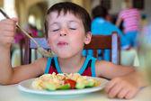 Sevimli küçük çocuk gıda zevk — Stok fotoğraf