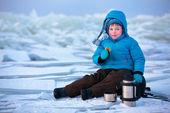 Ragazzino avendo un picnic in vacanza invernale — Foto Stock