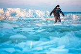 Muž na ledové pláži podél baltského moře — Stock fotografie