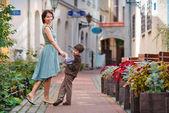 Jeune mère et son fils, promenade à l'extérieur dans la ville — Photo
