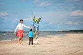Młody mather i jej syn, grając z latawca — Zdjęcie stockowe