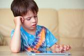 Mignon petit garçon avec un tablet pc — Photo