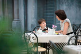 Mother and son having lunch together — Stockfoto