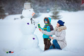 Little boy with his mother painting a snowman — Foto Stock