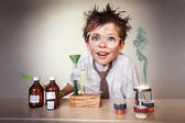 Gekke wetenschapper. jonge jongen uitvoeren van experimenten — Stockfoto
