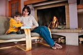 Madre e figlio, giocando sulla tavoletta digitale pc — Foto Stock
