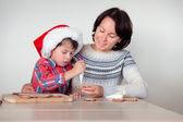 Moeder en zoon versieren de peperkoek cookies — Stockfoto