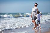 мать и ее маленький сын, наслаждаясь пляж — Стоковое фото
