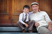 Father and son enjoying summer day in city — Stock Photo