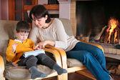 Madre e hijo jugando en la pc de la tableta digital — Foto de Stock