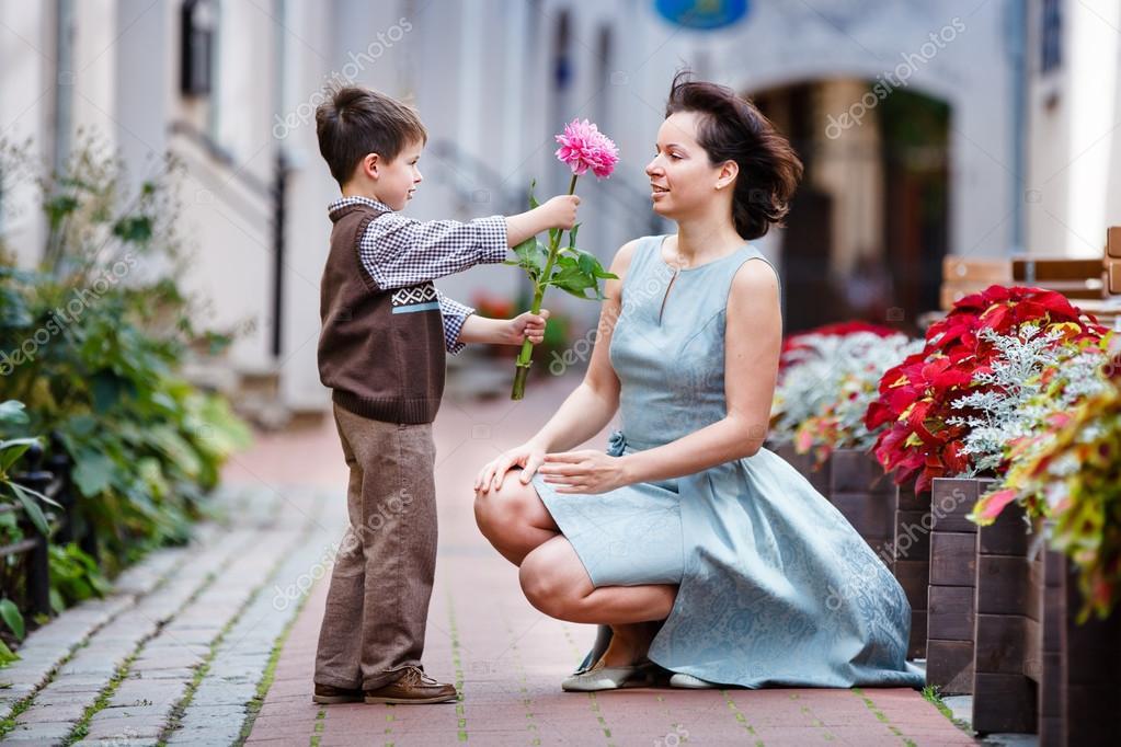 Madre dando regalo de Navidad a su hijo — Foto de stock