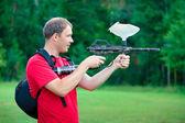 Paintball strzelec mające na pistolet — Zdjęcie stockowe