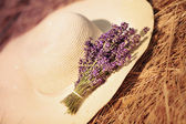 Bunch of lavender flowers on summer hat — Stock Photo