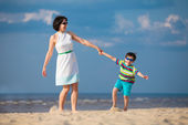 Mother and son having fun during beach vacation — Stock Photo