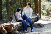 мать и ее маленький сын, сидя на скамейке — Стоковое фото