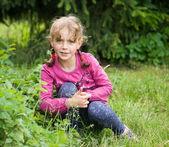 маленькая девочка в саду — Стоковое фото