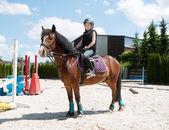 Chica practicando equitación — Foto de Stock