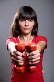 Jeune femme faisant la séance d'entraînement avec haltères — Photo