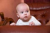 Ritratto di una bambina in camera — Foto Stock