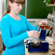 A student conducts an experiment — Stock Photo