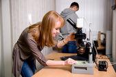 Kızıl saçlı bir laboratuvar öğrenci — Stok fotoğraf