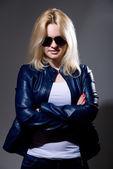 Närbild porträtt av en ung blond kvinna i solglasögon — Stockfoto