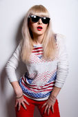 Portret van een mooie mode glamour meisje met zonnebril — Stockfoto
