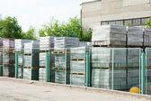 Packade aska block utomhus i rack — Stockfoto