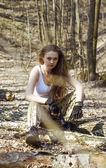Vacker ung kvinna håller en automatisk automatkarbin — Stockfoto
