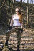 Otomatik saldırı tüfeği tutan güzel genç kadın — Stok fotoğraf