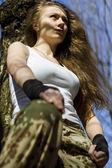 Krásná mladá žena držící automatická útočná puška — Stock fotografie