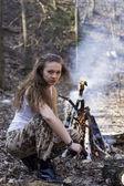Schöne junge frau, die mit einer automatischen sturmgewehr — Stockfoto