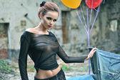 Giovane donna sexy con palloncini — Foto Stock