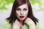 Ritratto di primavera di una giovane brunetta — Foto Stock