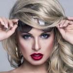 Portret van mooie blonde vrouw — Stockfoto