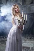 Seksi sarışın kadın ile candelstick — Stok fotoğraf