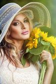 漂亮的女人和一束向日葵 — 图库照片