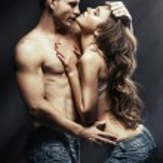 krásný mladý usmívající se pár v lásce všeobjímající vnitřní — Stock fotografie #36786303