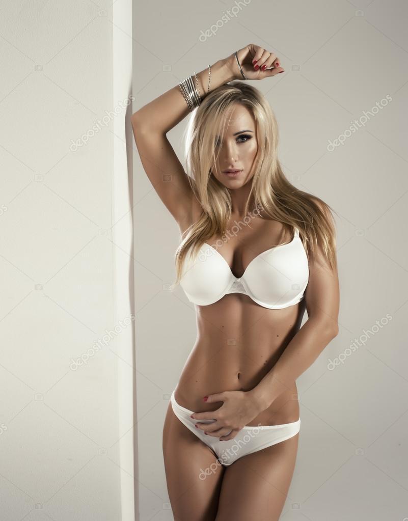 Сексуальная блондинка в белом белье 17 фотография
