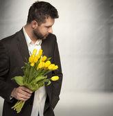 エレガントな男の花を持つ — ストック写真