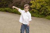 Retrato de menino alegre mostrando os polegares para baixo do gesto — Foto Stock